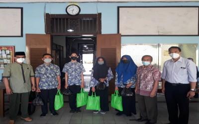Pandemi Tak Menyurutkan Semangat Berbagi, SMANDA Bagikan 60 Paket Sembako